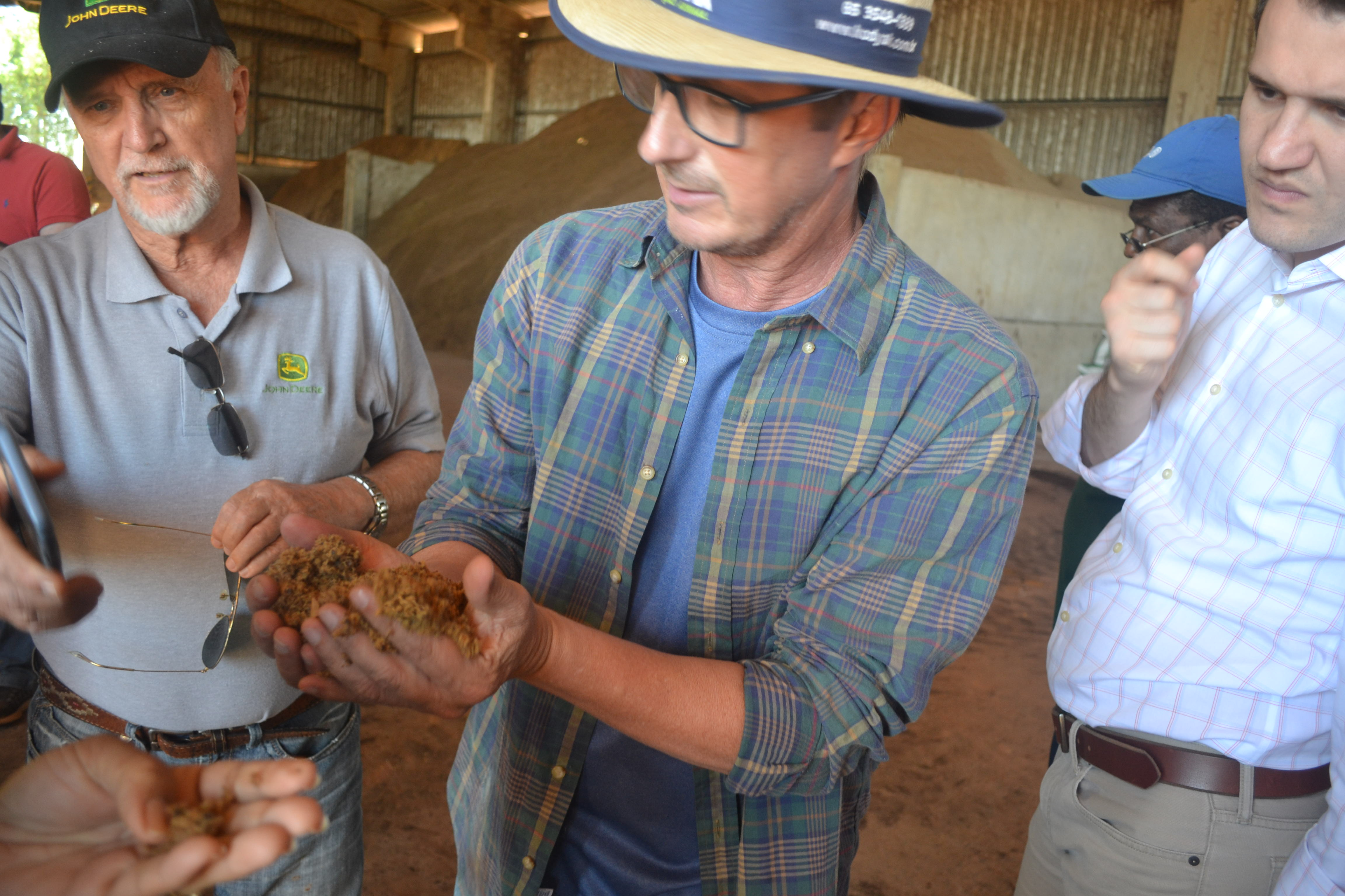 Mr. Paulo Franz explains one of the stages in the drying process of cotton